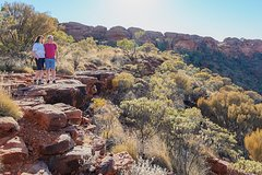 Explore Uluru: 7 Hours Guide Tour at Sunrise with Light Breakfast
